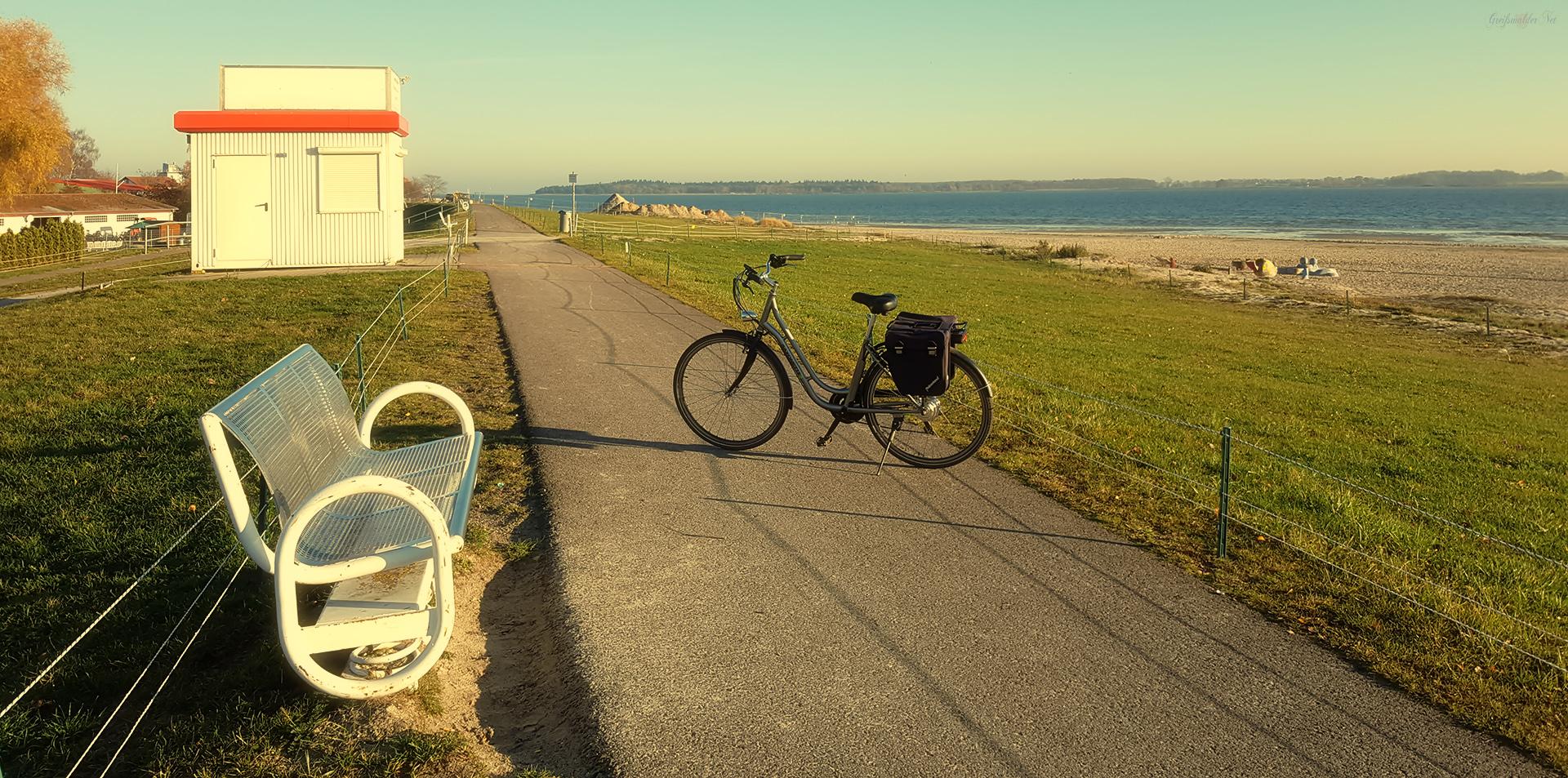 Deich am Strand in Greifswald-Eldena in der Herbstsonne