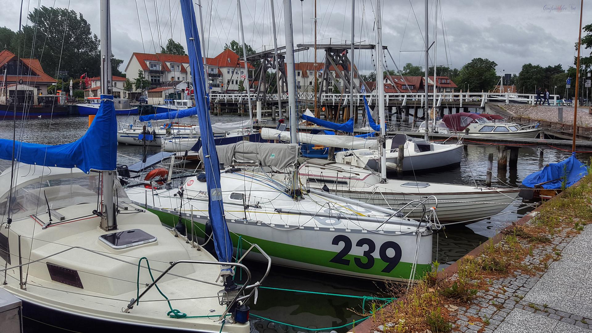 Segelboote und Holzklappbrücke in Greifswald-Wieck