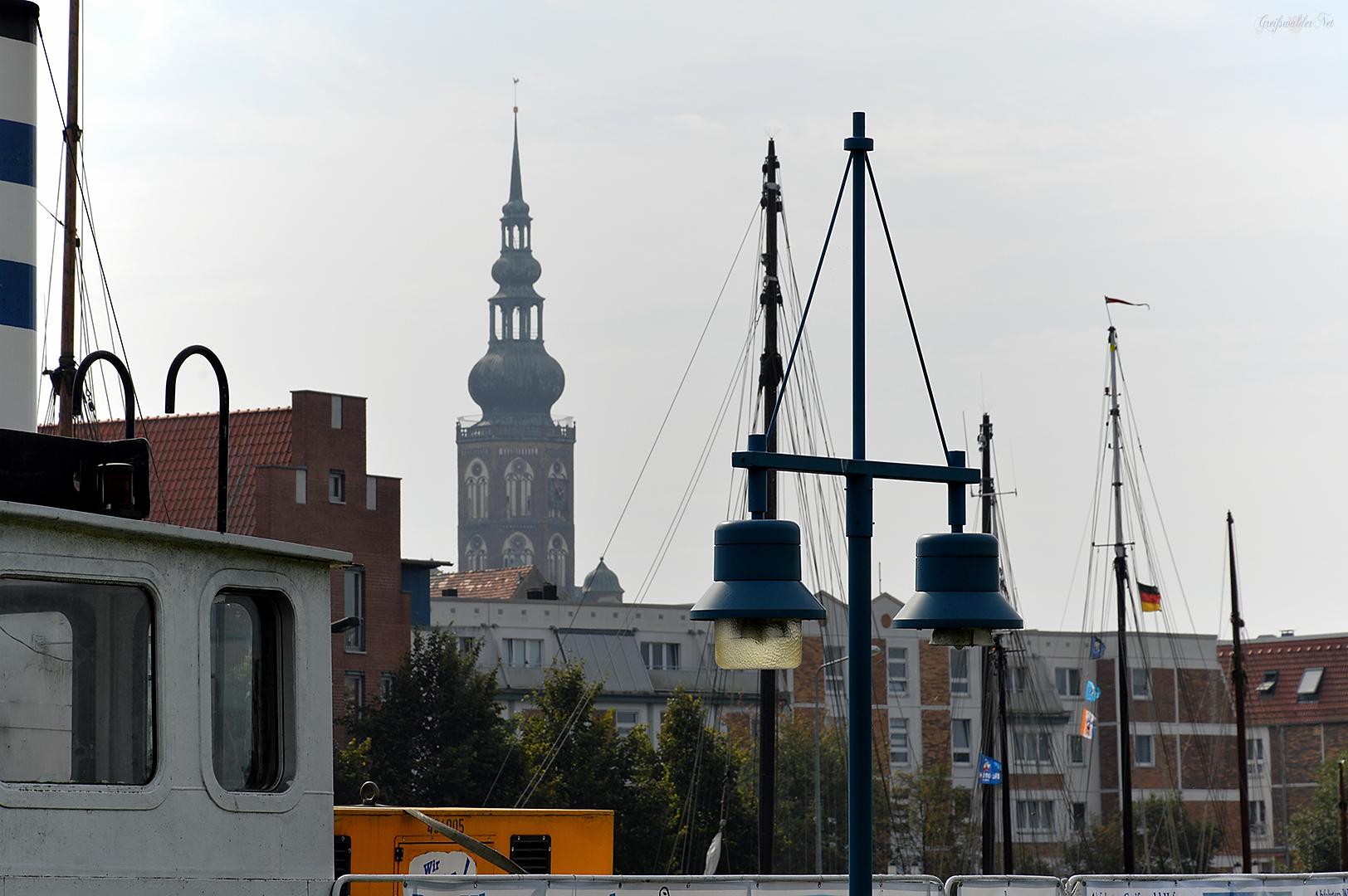 Blick vom Museumshafen zum Dom St. Nikolai in Greifswald