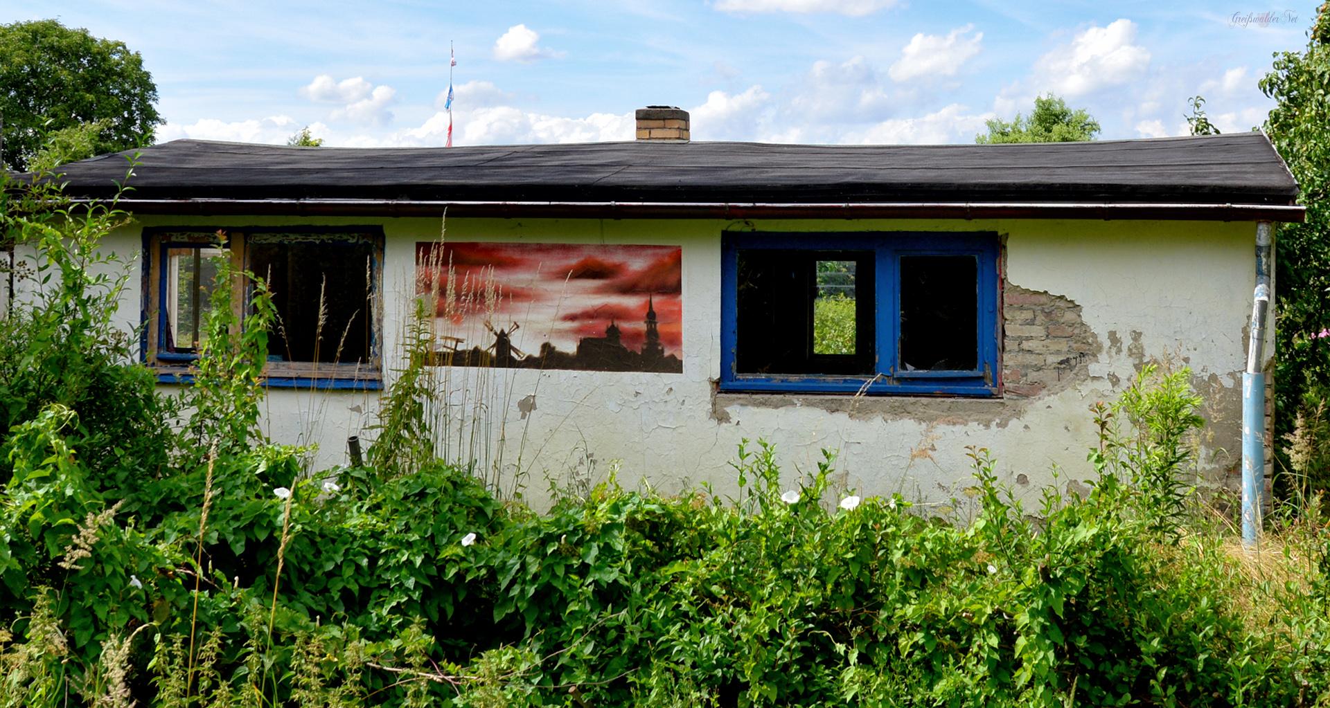 Graffiti an einer verfallenen Gartenlaube