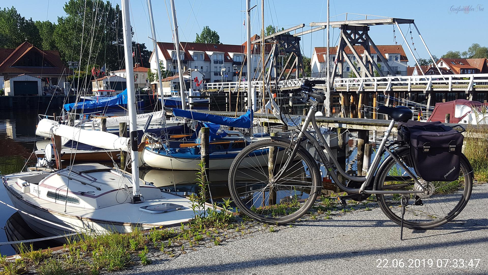 Hafen mit Holzklappbrücke in Greifswald-Wieck