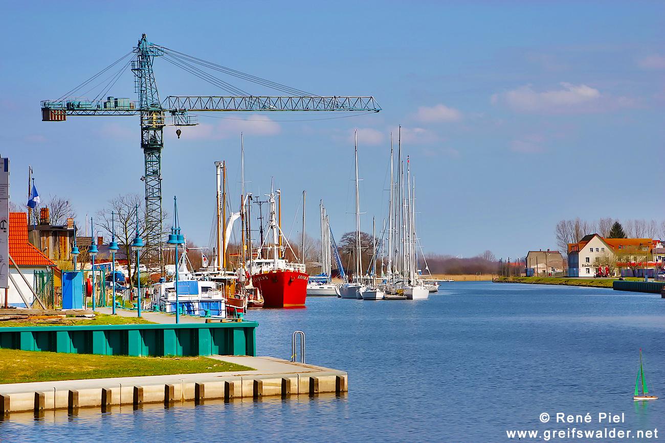 Groß und klein - am Museumshafen in Greifswald