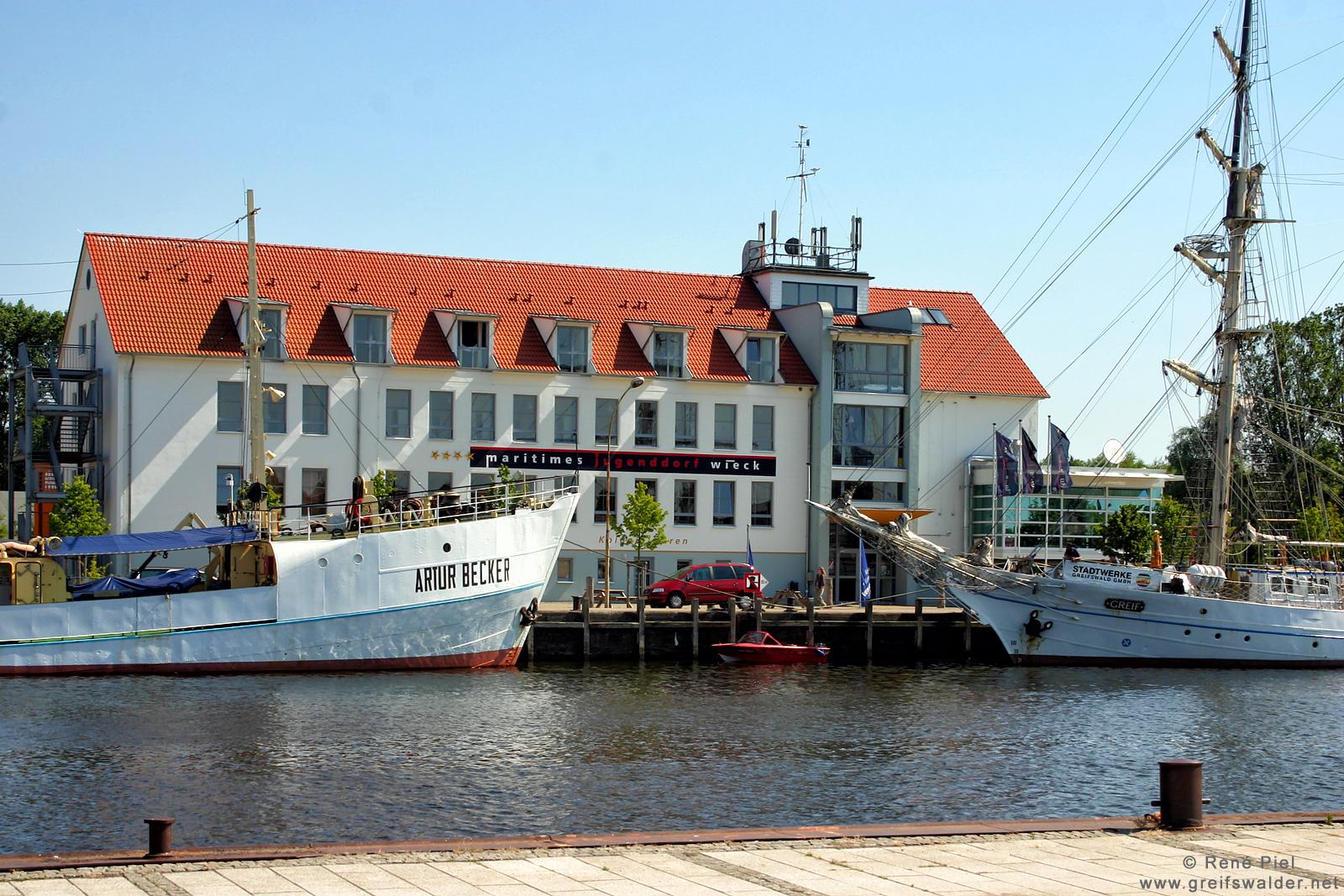 """""""Artur Becker"""" und """"Greif"""" in Greifswald-Wieck (Juli 2006)"""