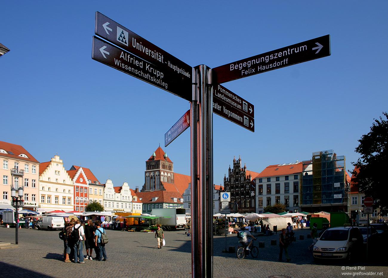 Wegweiser am Marktplatz in Greifswald