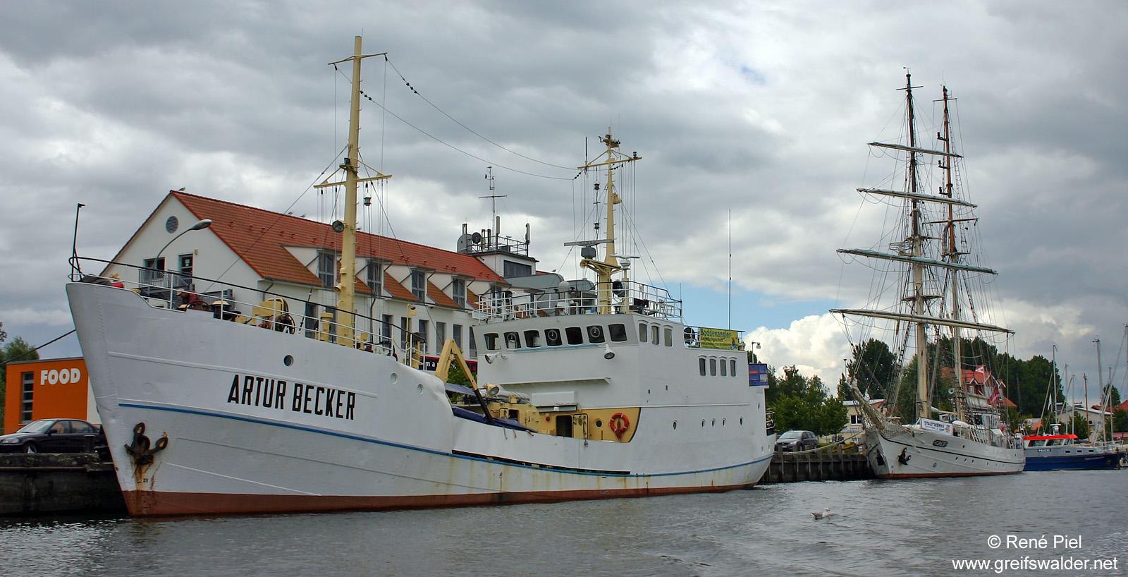 """""""Artur Becker"""" und """"Greif"""" in Greifswald-Wieck (Juli 2008)"""