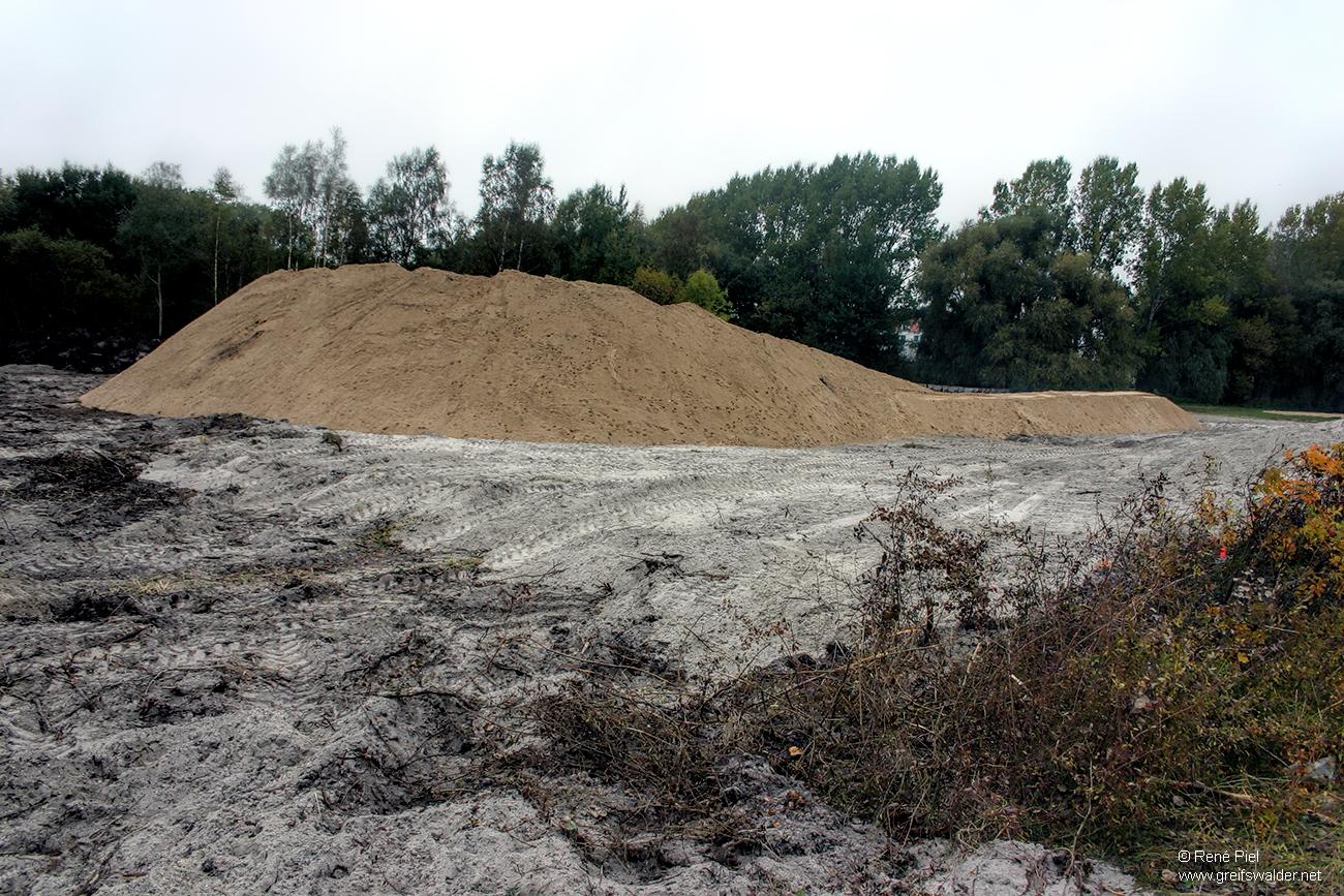 Baubeginn des Deiches am Strand in Greifswald-Eldena (Oktober 2008)