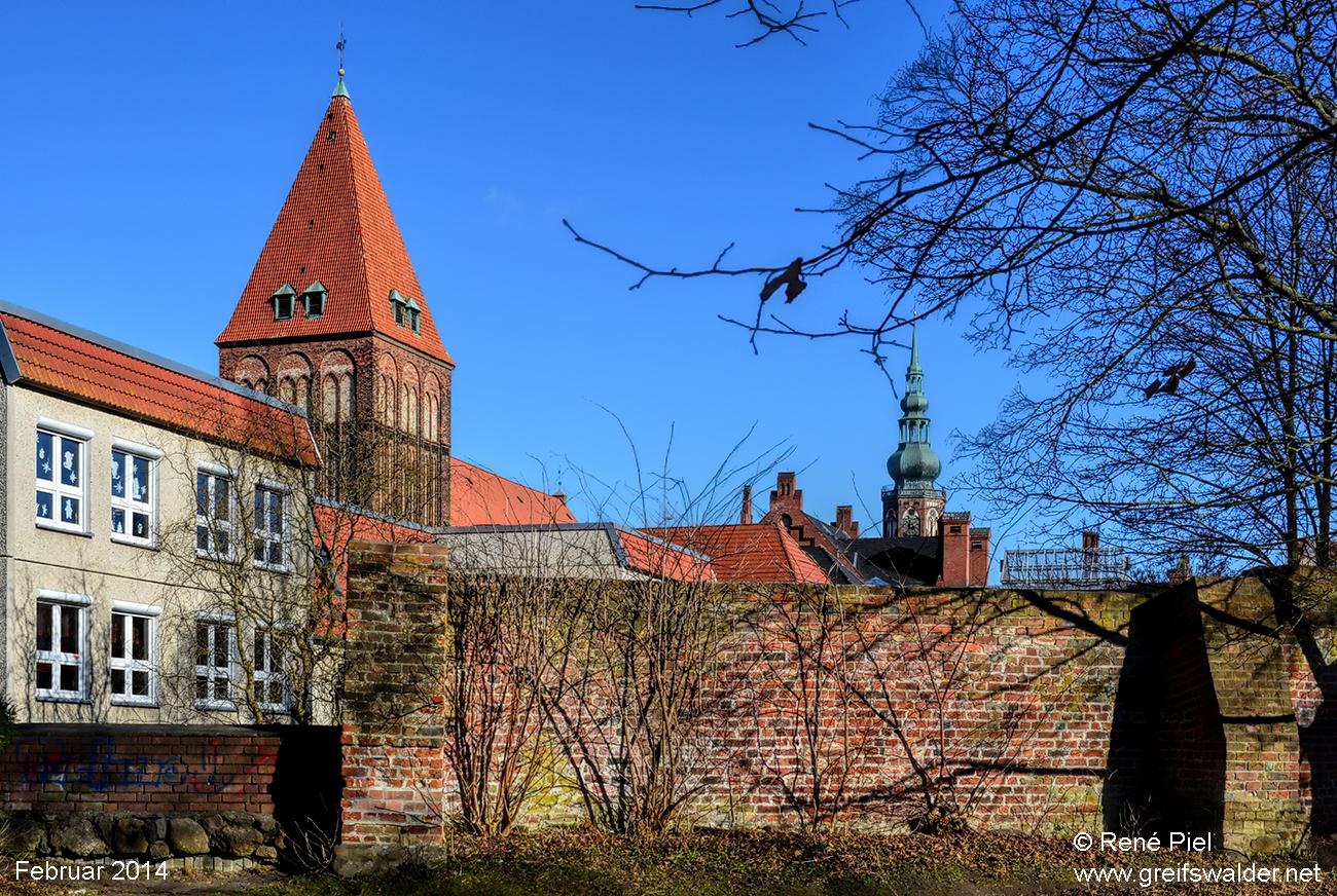 Stadtmauer, Jacobikirche und Dom Sankt Nikolai (Februar 2014)