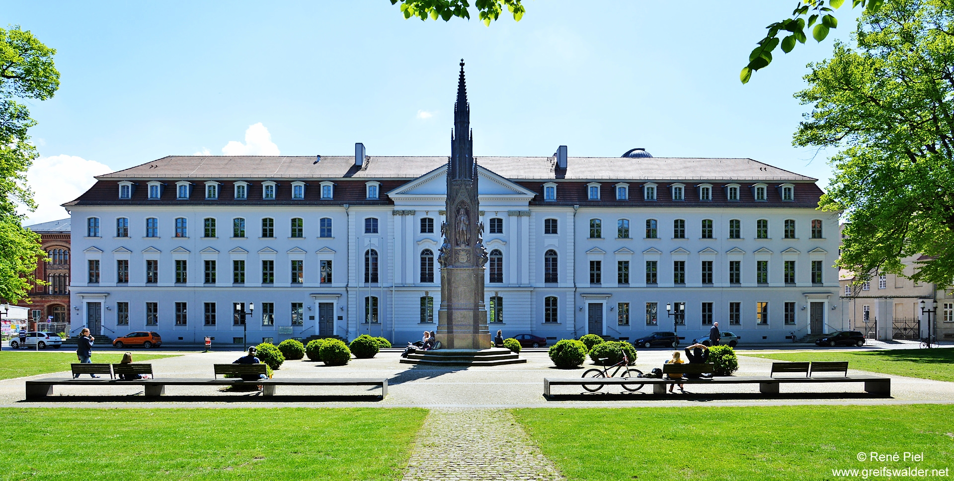 Universitätshauptgebäude am Rubenowplatz in Greifswald