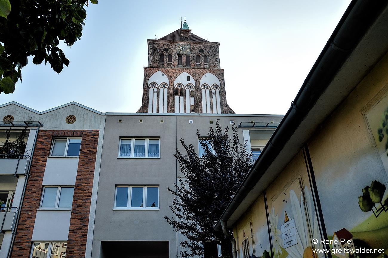 Hinterhof - Blick auf die Marienkirche in Greifswald