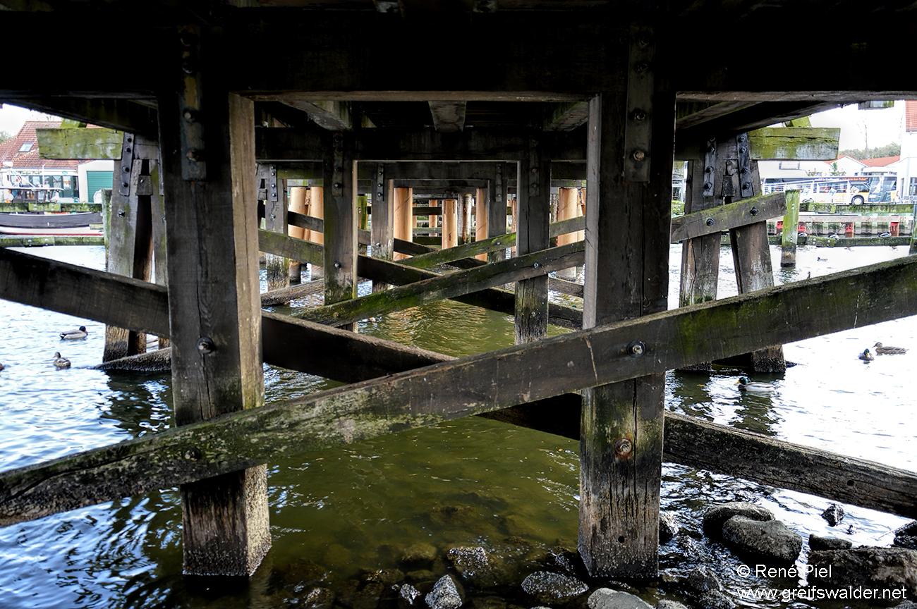 Unter der Brücke in Greifswald-Wieck