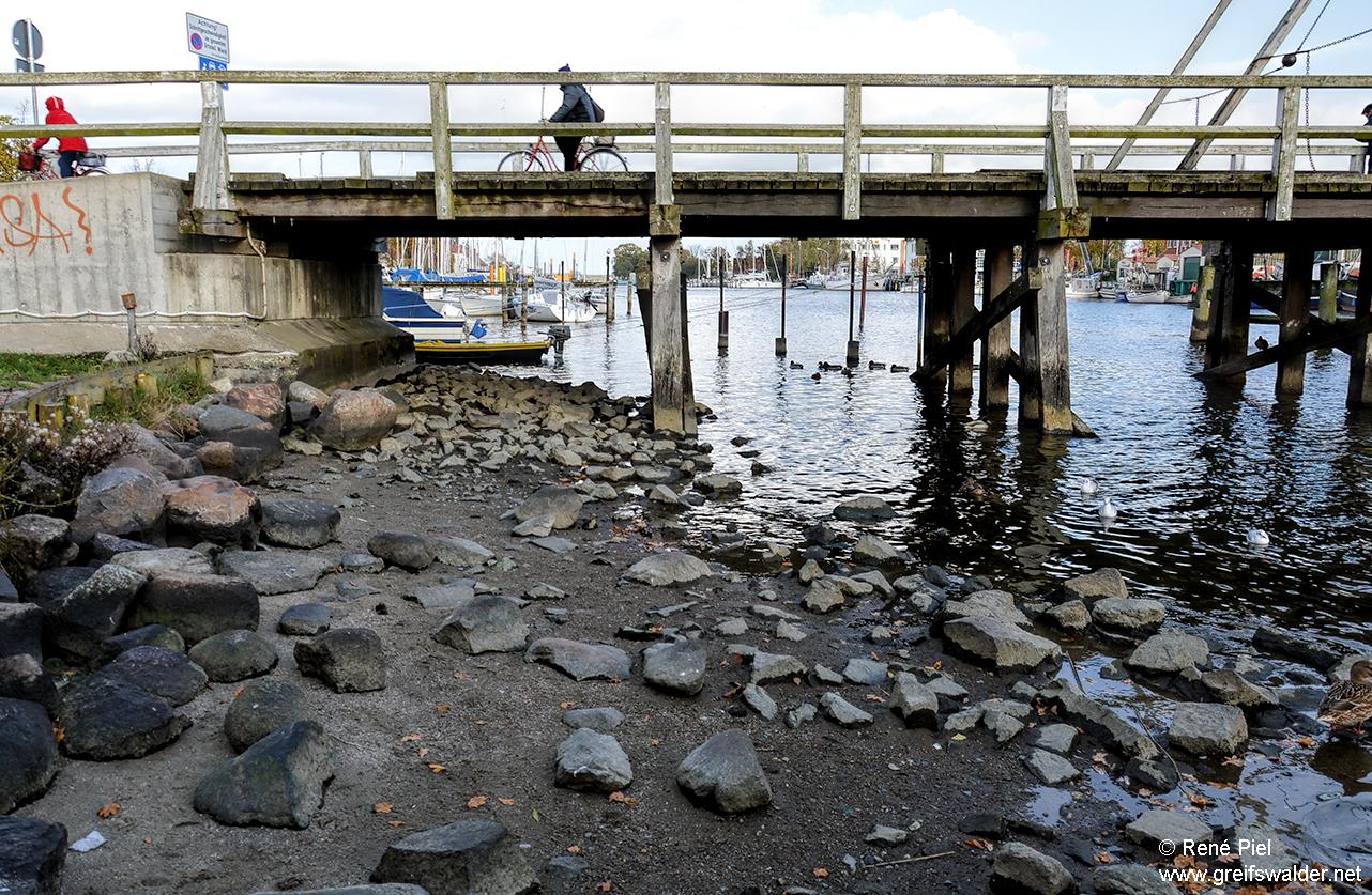 Niedrigwasser an der Brücke in Greifswald-Wieck