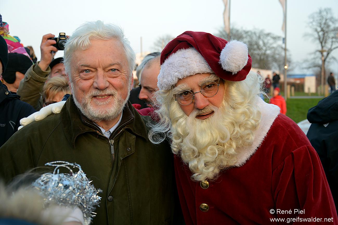 Oberbürgermeister Dr. Arthur König begrüßt den Weihnachtsmann in Greifswald