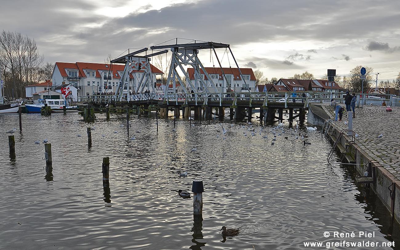 Sonntag an der Brücke in Greifswald-Wieck