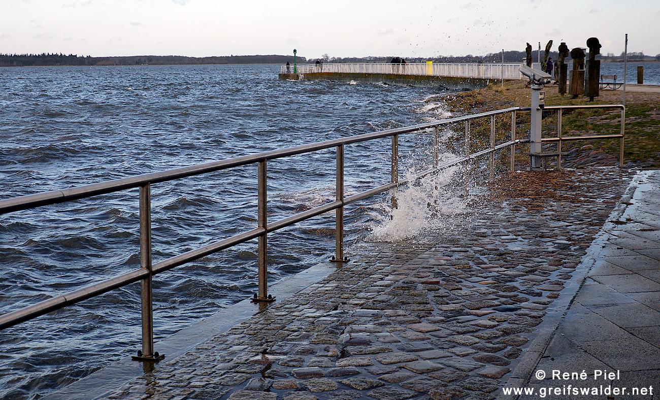 windig an der Mole in Greifswald-Wieck