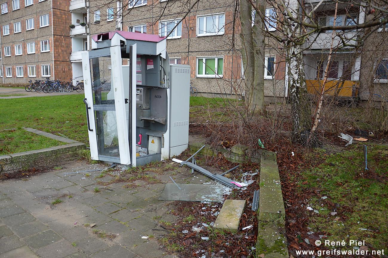 Zerstörte Telefonzelle in Schönwalde II (Greifswald)