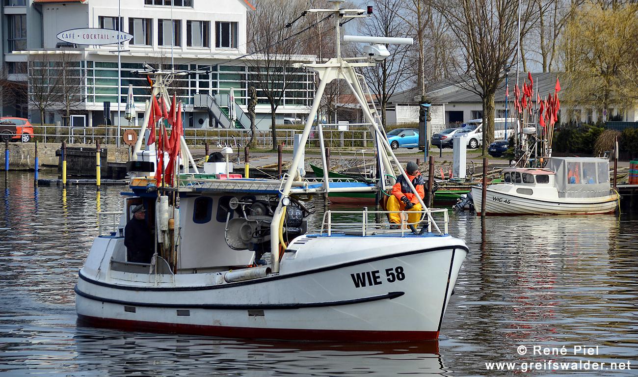 Fischerboot in Greifswald-Wieck - Heimkehr