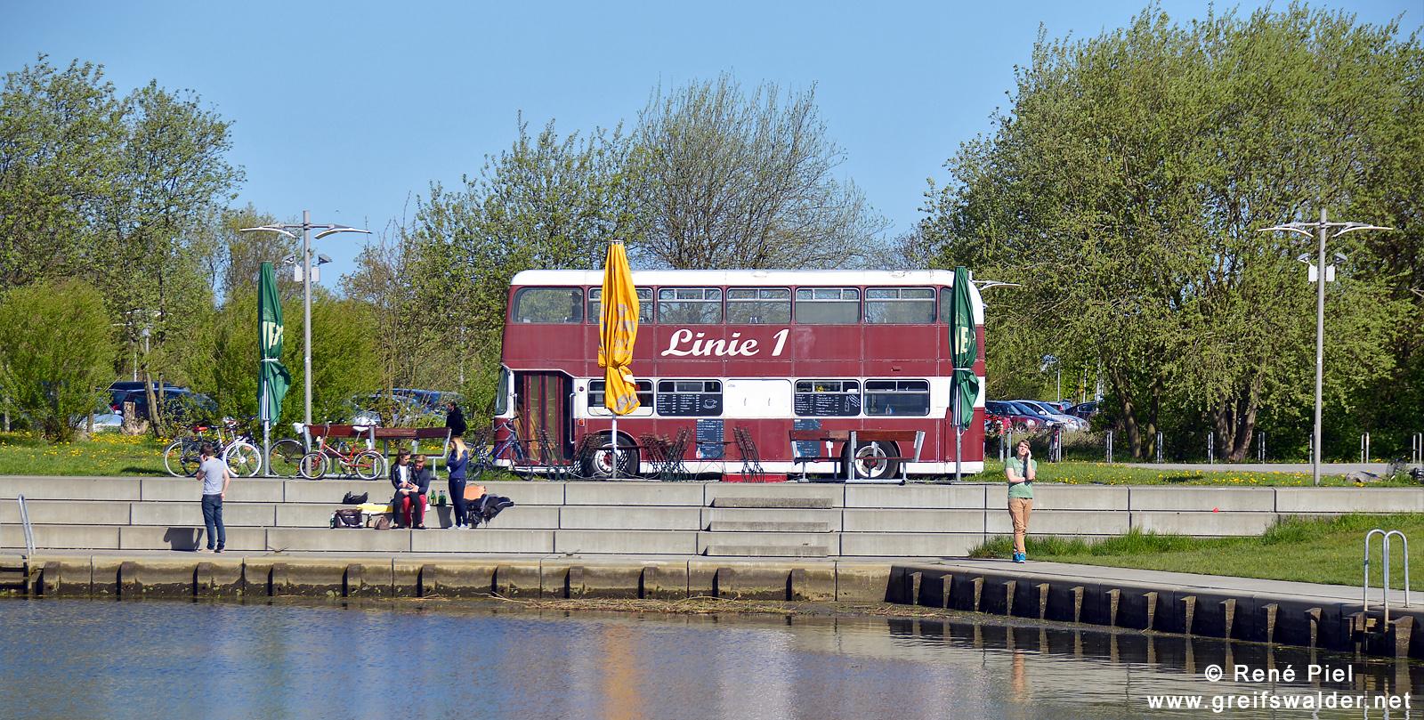 """Kneipenbus """"Linie 1"""" am Museumshafen in Greifswald"""