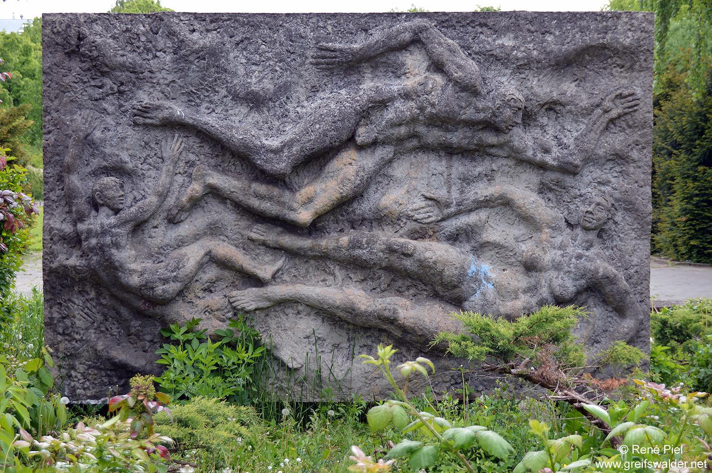 """Reliefstele von Jo Jastram """"Badende Familie"""" - Rosengarten Greifswald"""