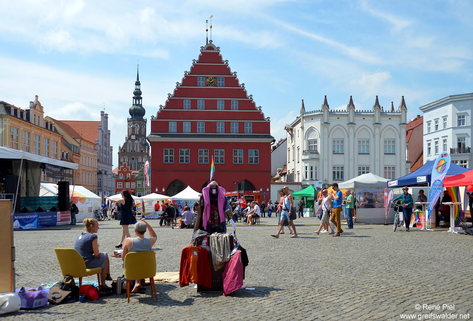 Buntes Treiben auf dem Marktplatz in Greifswald