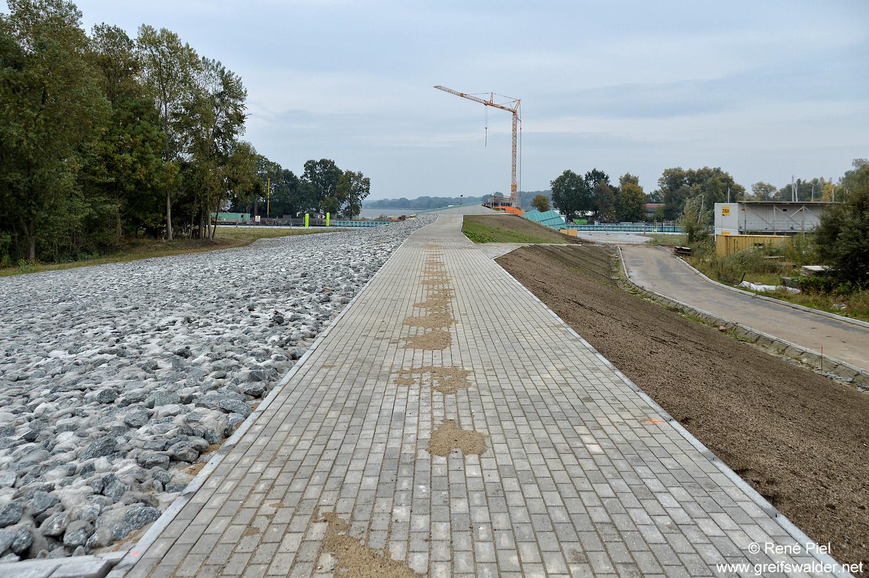Teilstück des neuen Deiches in Greifswald-Wieck