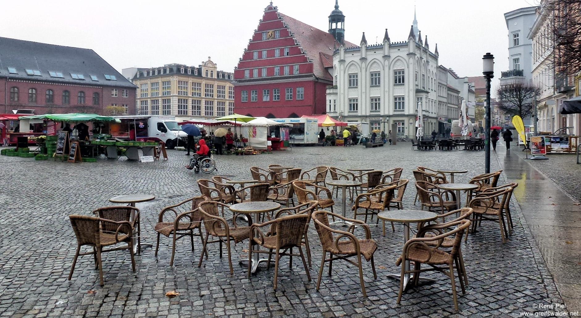 Marktplatz Greifswald im Regen