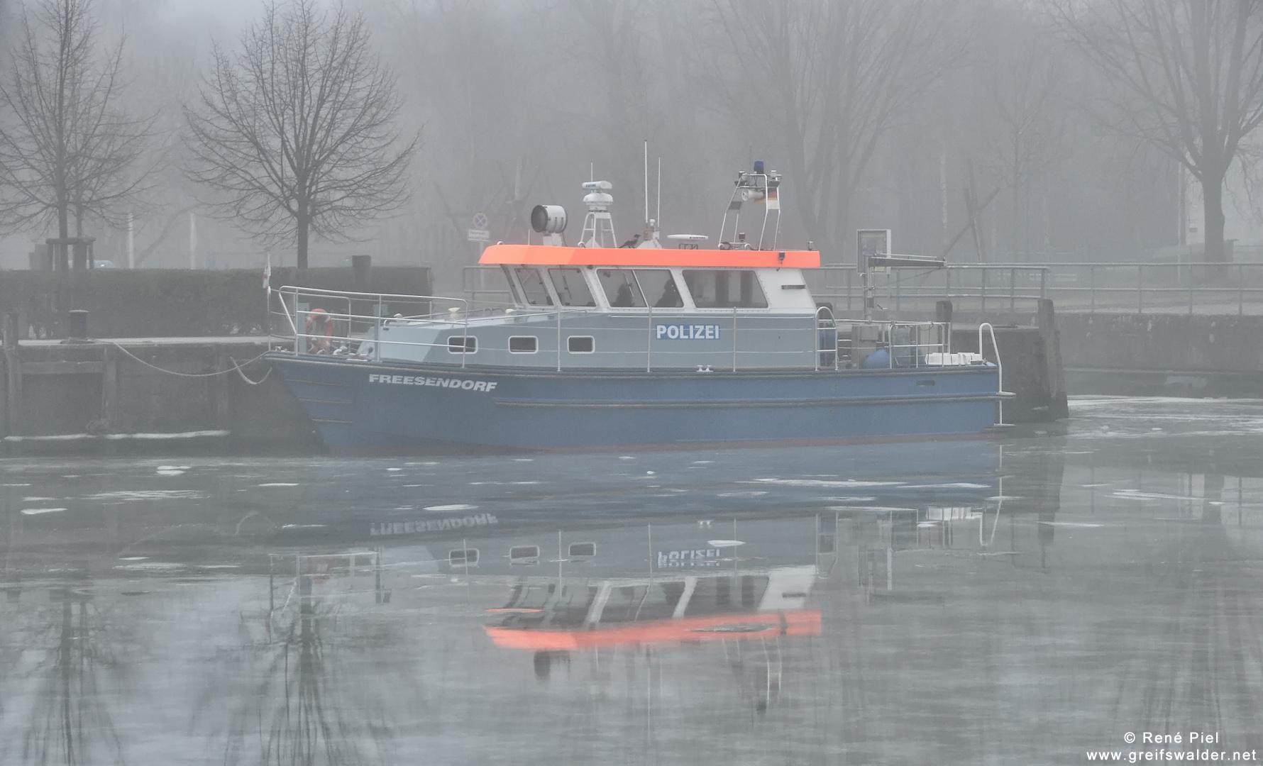 """Polizeiboot """"Freesendorf"""" im Hafen Greifswald-Wieck"""