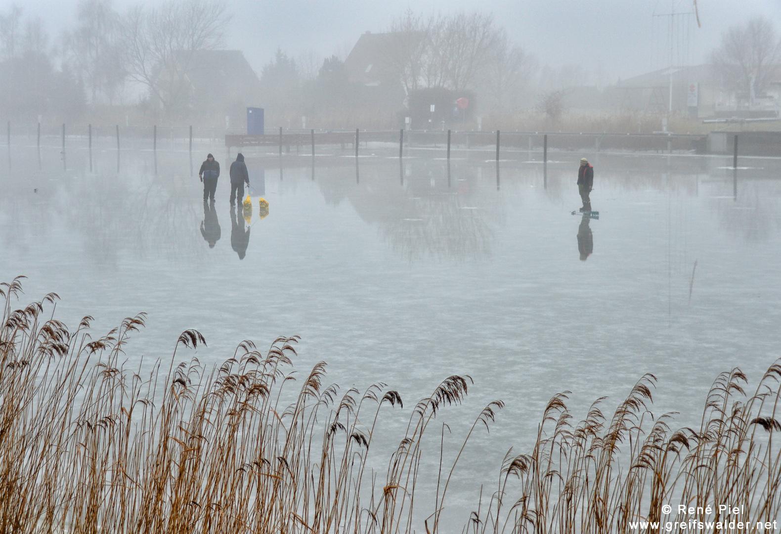 Auf dünnem Eis - Eisangler bei Tauwetter und Nebel