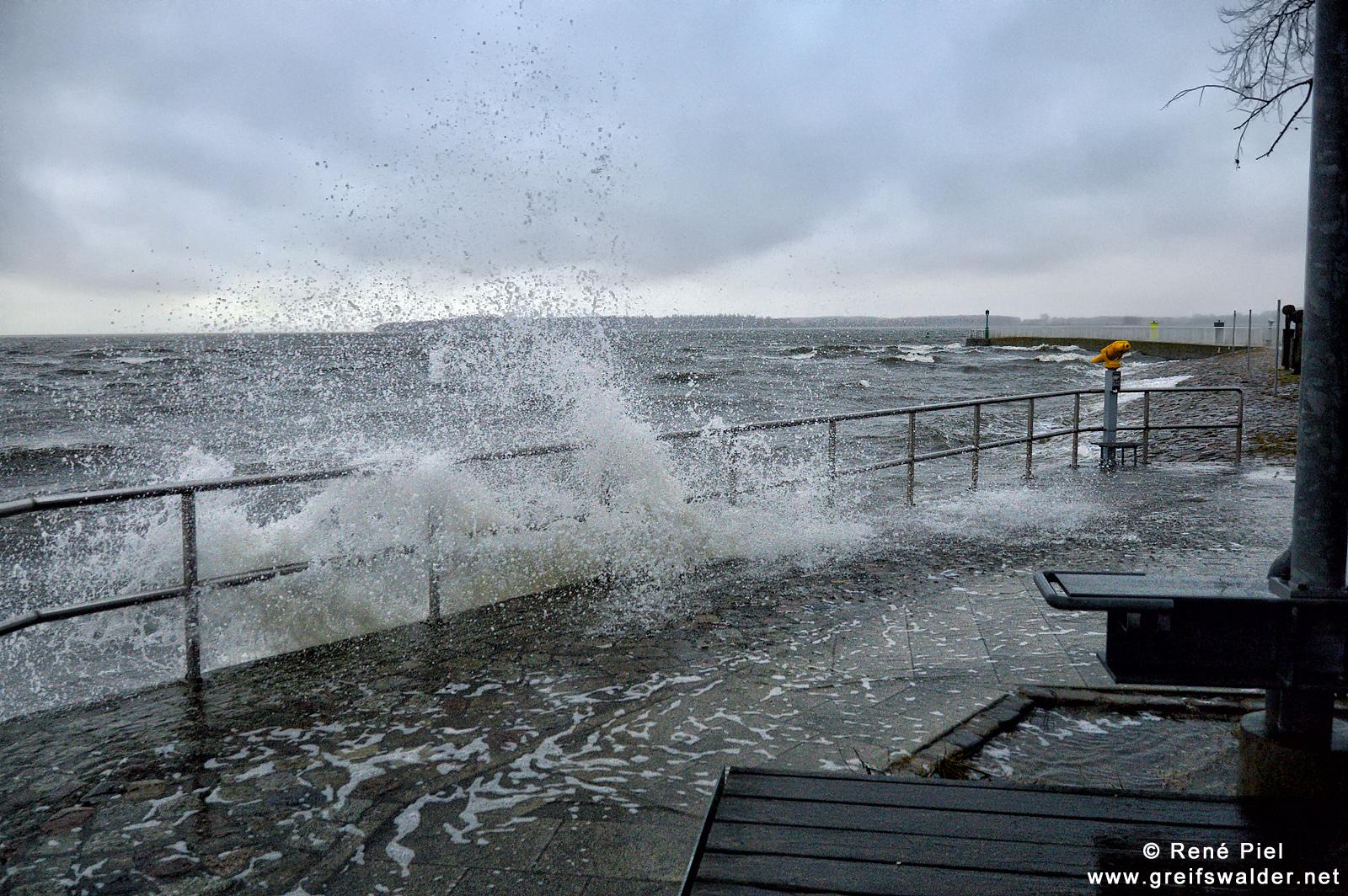 Erhöhter Wasserstand und stürmisch an der Mole in Greifswald-Wieck