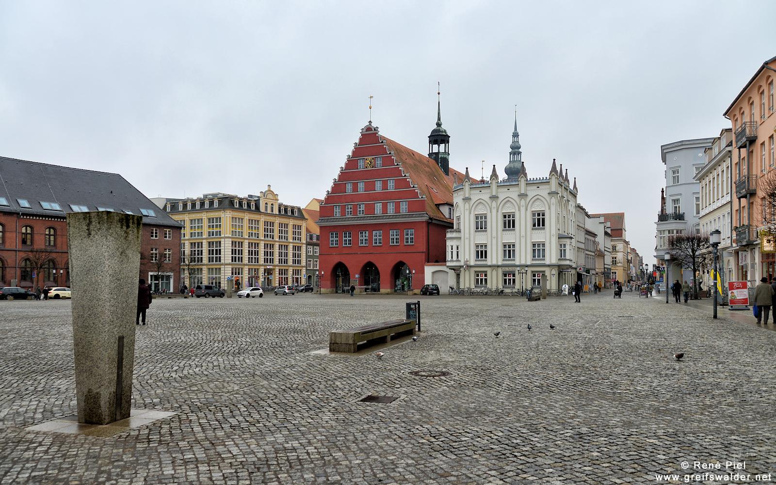 ungemütliches Wetter auf dem Marktplatz in Greifswald