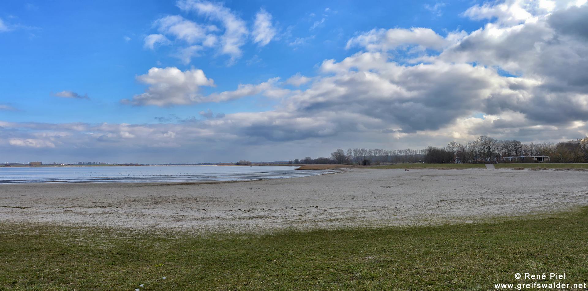 wolkig und menschenleer am Strand in Greifswald-Eldena