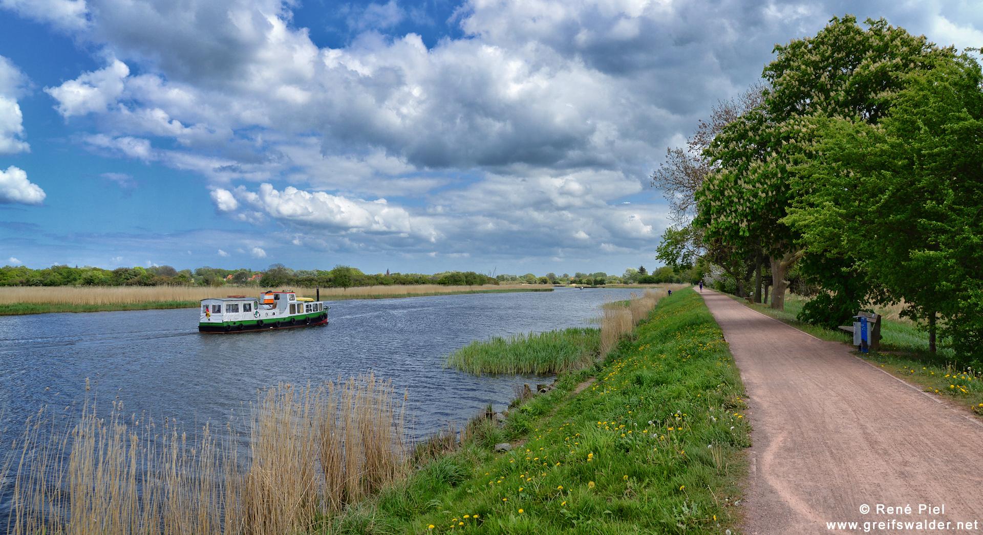 Spaziergang auf dem Treidelpfad in Greifswald