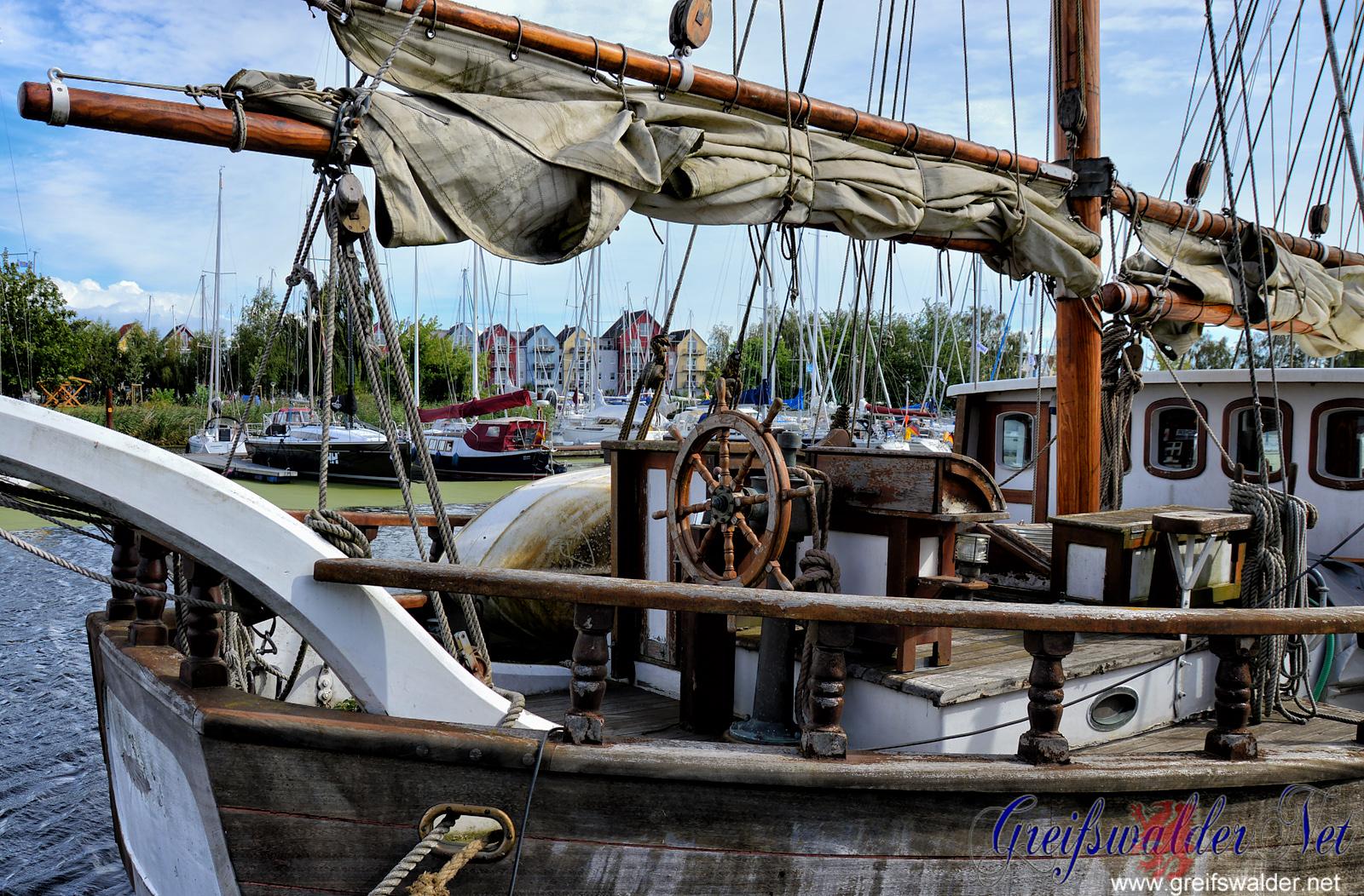 Altes Segelschiff am Yachthafen in Greifswald