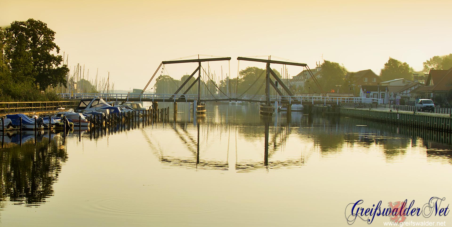 Klappbrücke in Greifswald-Wieck am Morgen