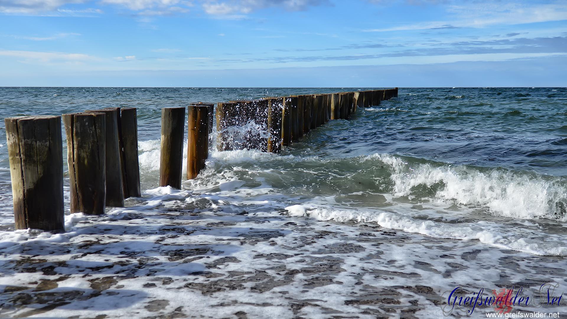 Buhne in der Ostsee bändigt die Wellen