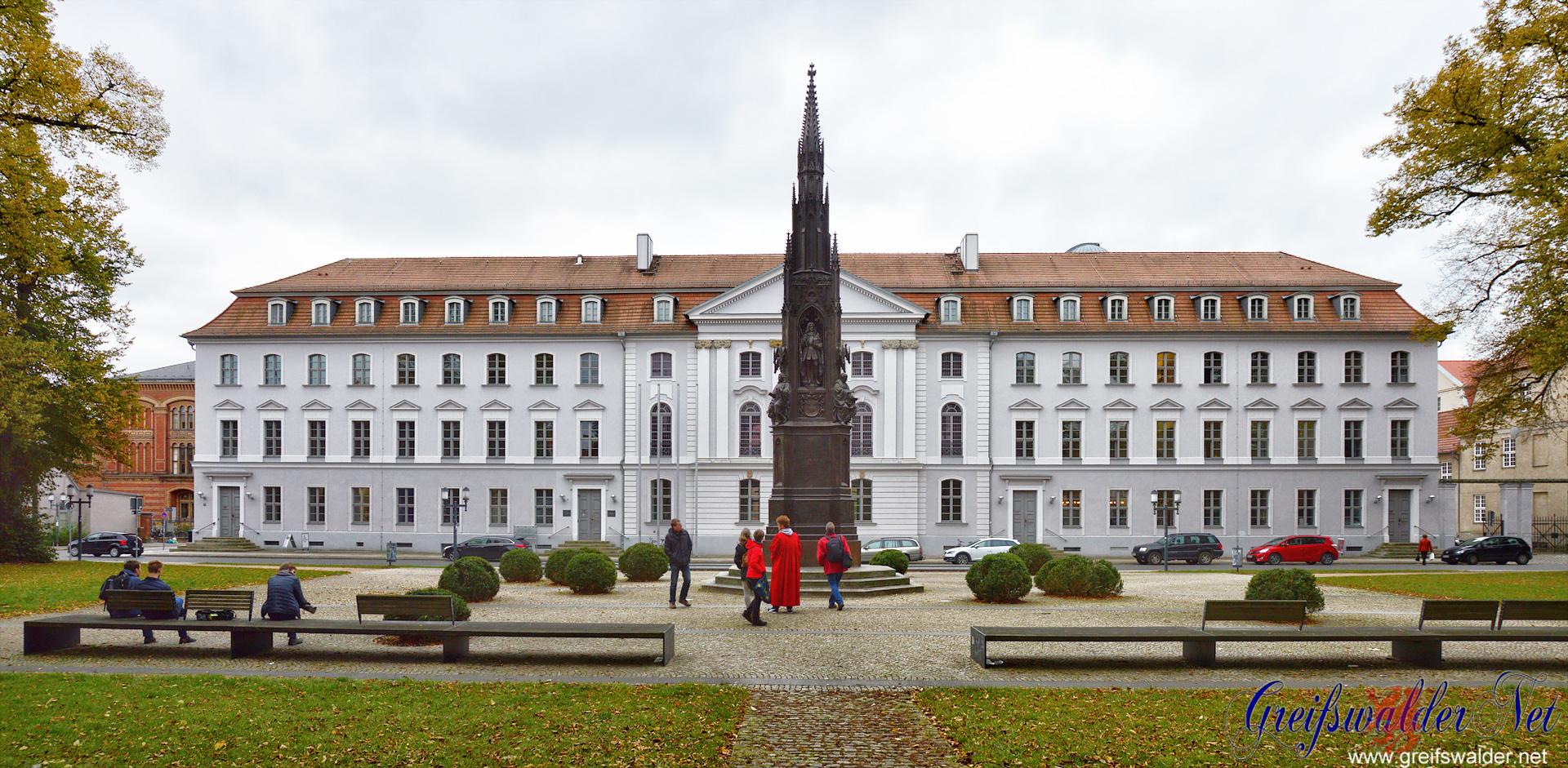 Rubenow-Denkmal vor dem Hauptgebäude der Universität Greifswald