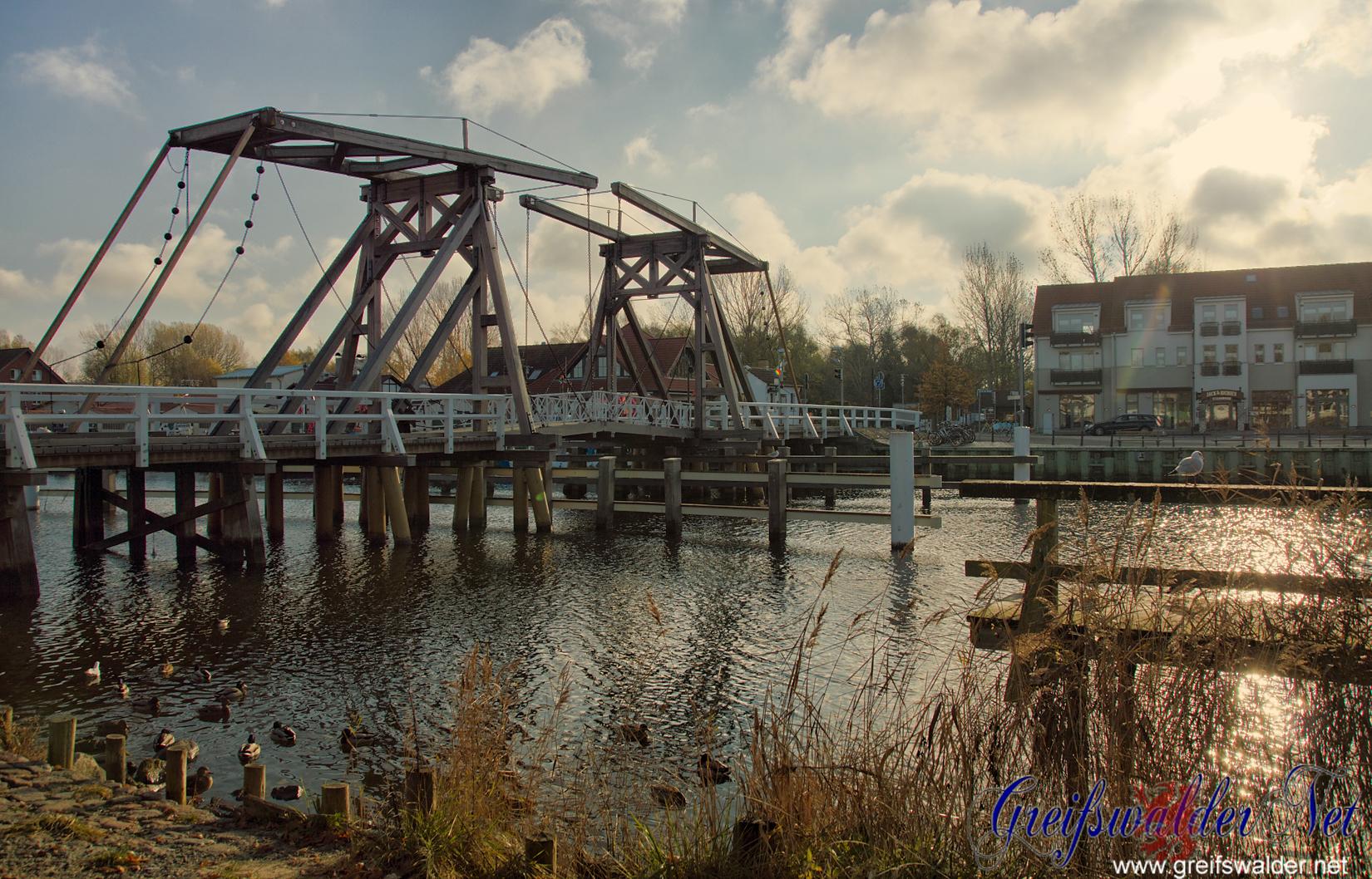 Kalter, sonniger Novembermorgen an der Brücke in Greifswald-Wieck