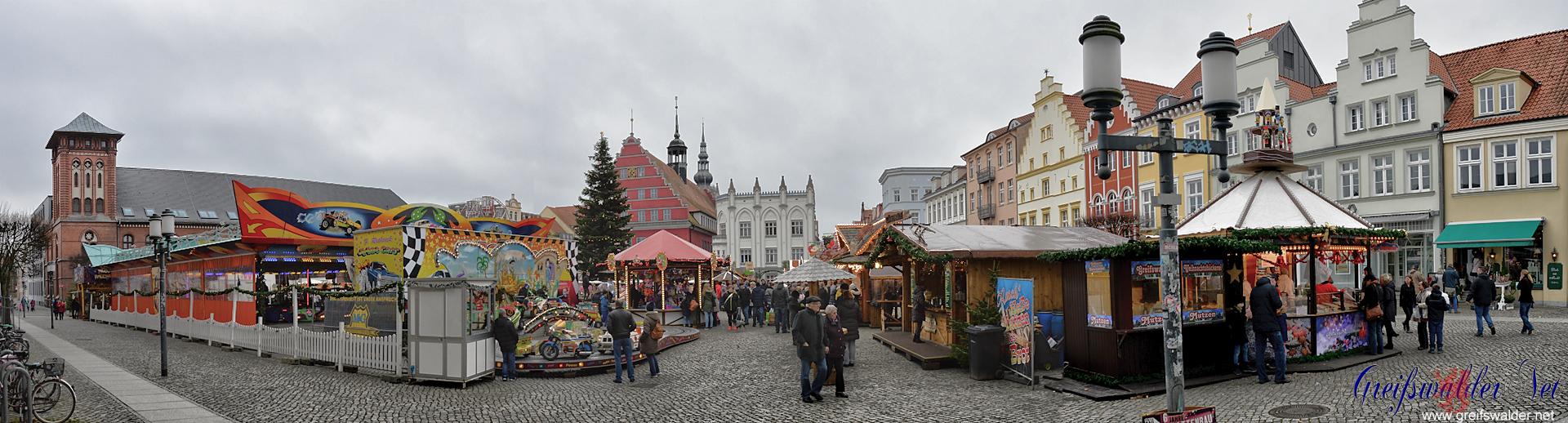 Blick auf den Weihnachtsmarkt in Greifswald