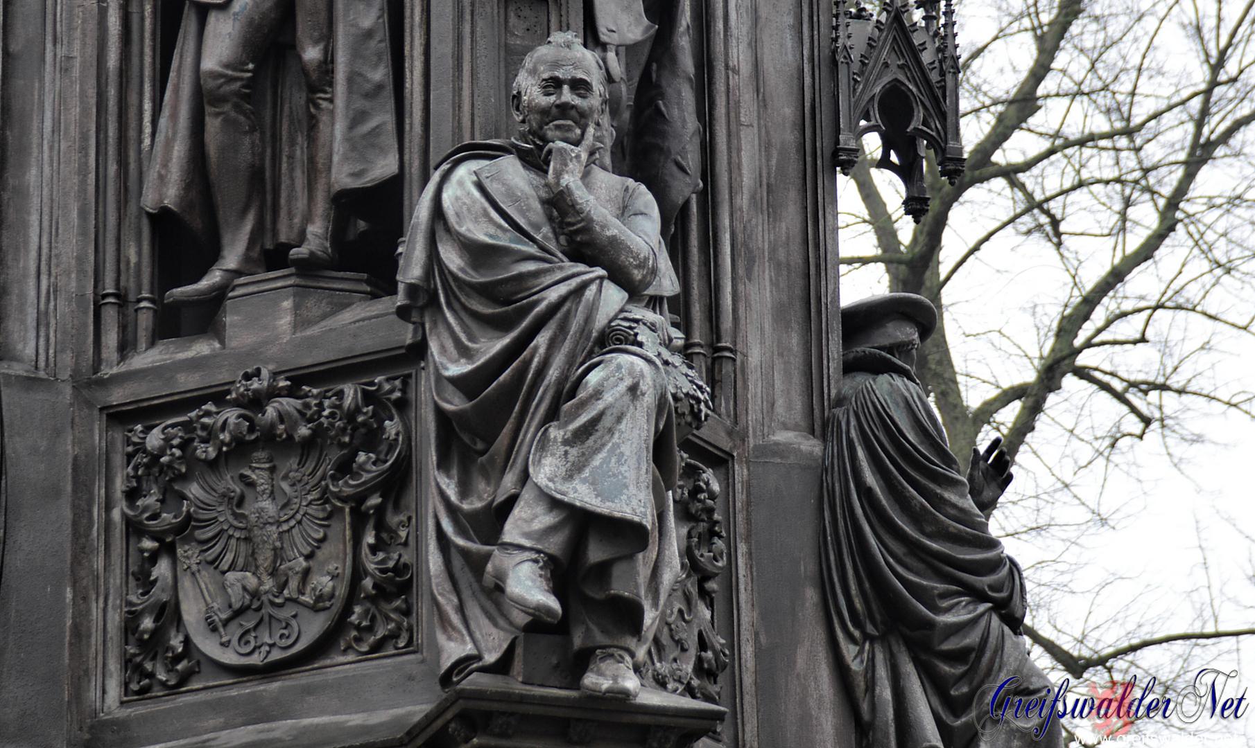 Skulptur des Dichters Ernst Moritz Arndt am Rubenowdenkmal