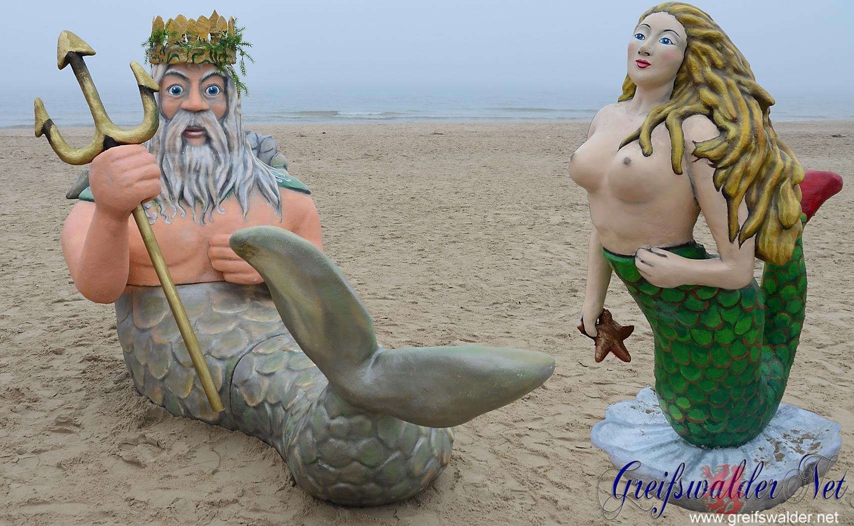 Neptun und Meerjungfrau am Strand
