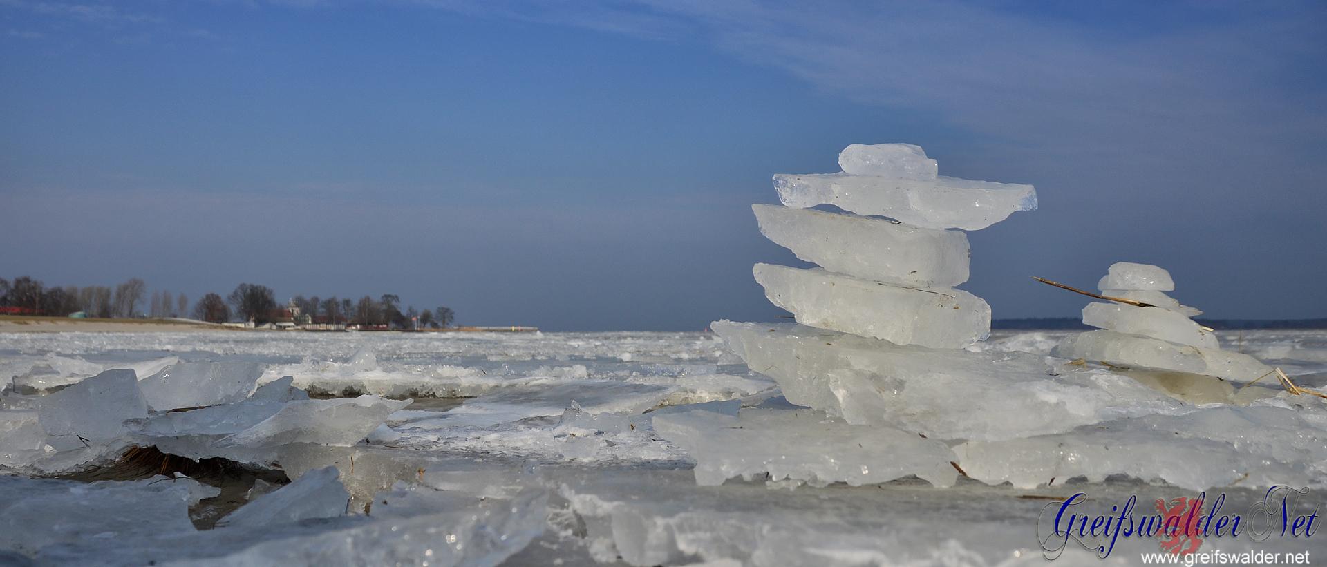 Eisschollen-Türmchen am Strand in Greifswald-Eldena
