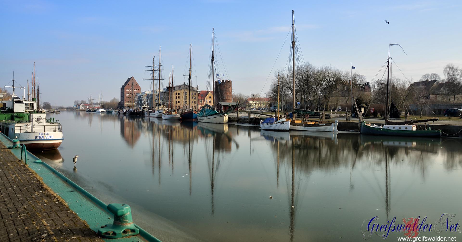 Winter-Sonntagnachmittag am Museumshafen in Greifswald