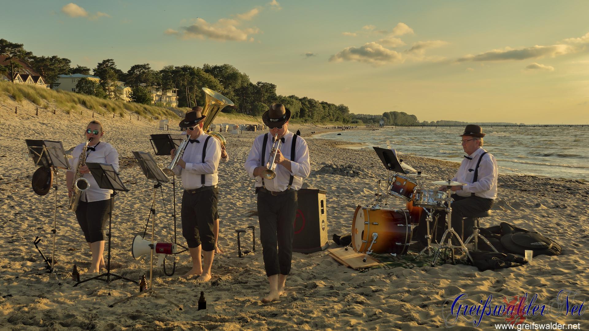 Strandkonzert bei Sonnenuntergang