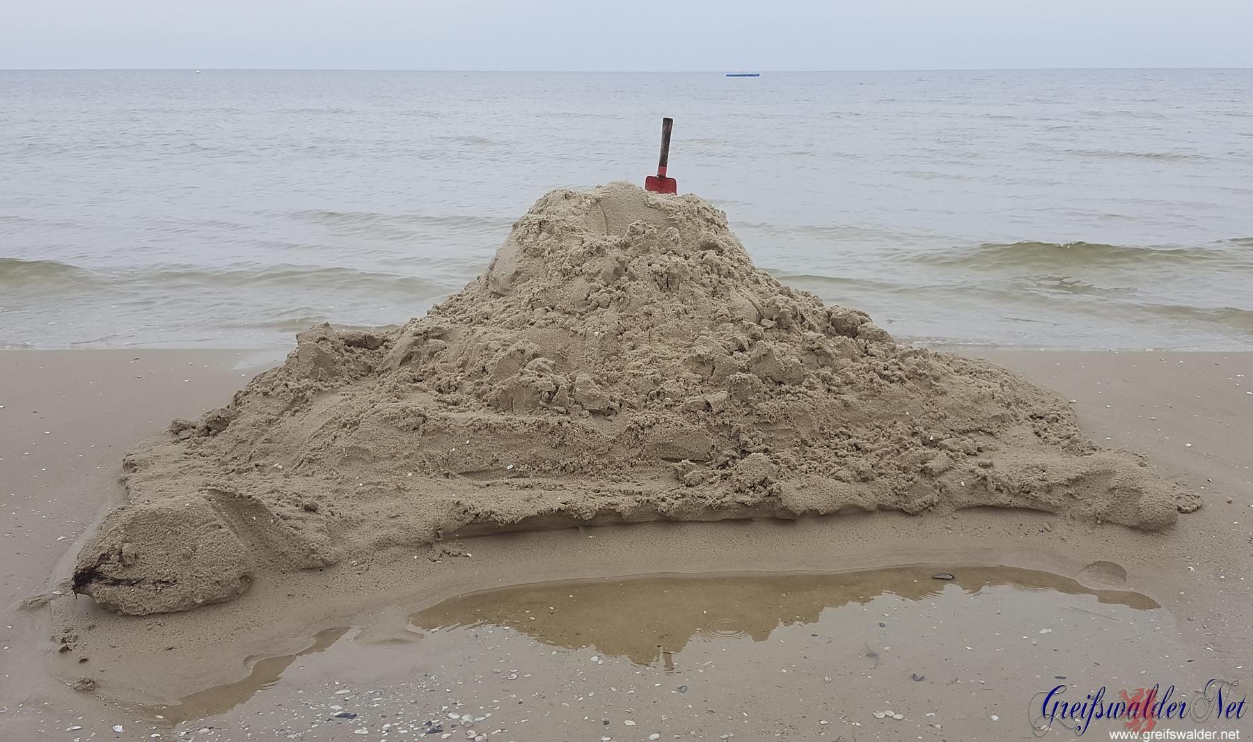 Hier entsteht eine Sandburg.