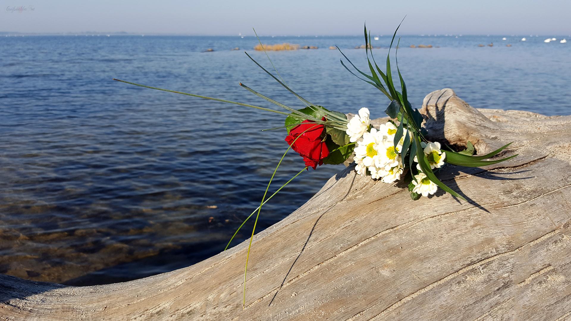 Blumenstrauß am Strand