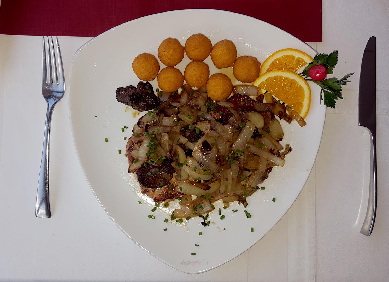 Steak mit Geflügelleber, Zwiebeln und Kartoffelbällchen