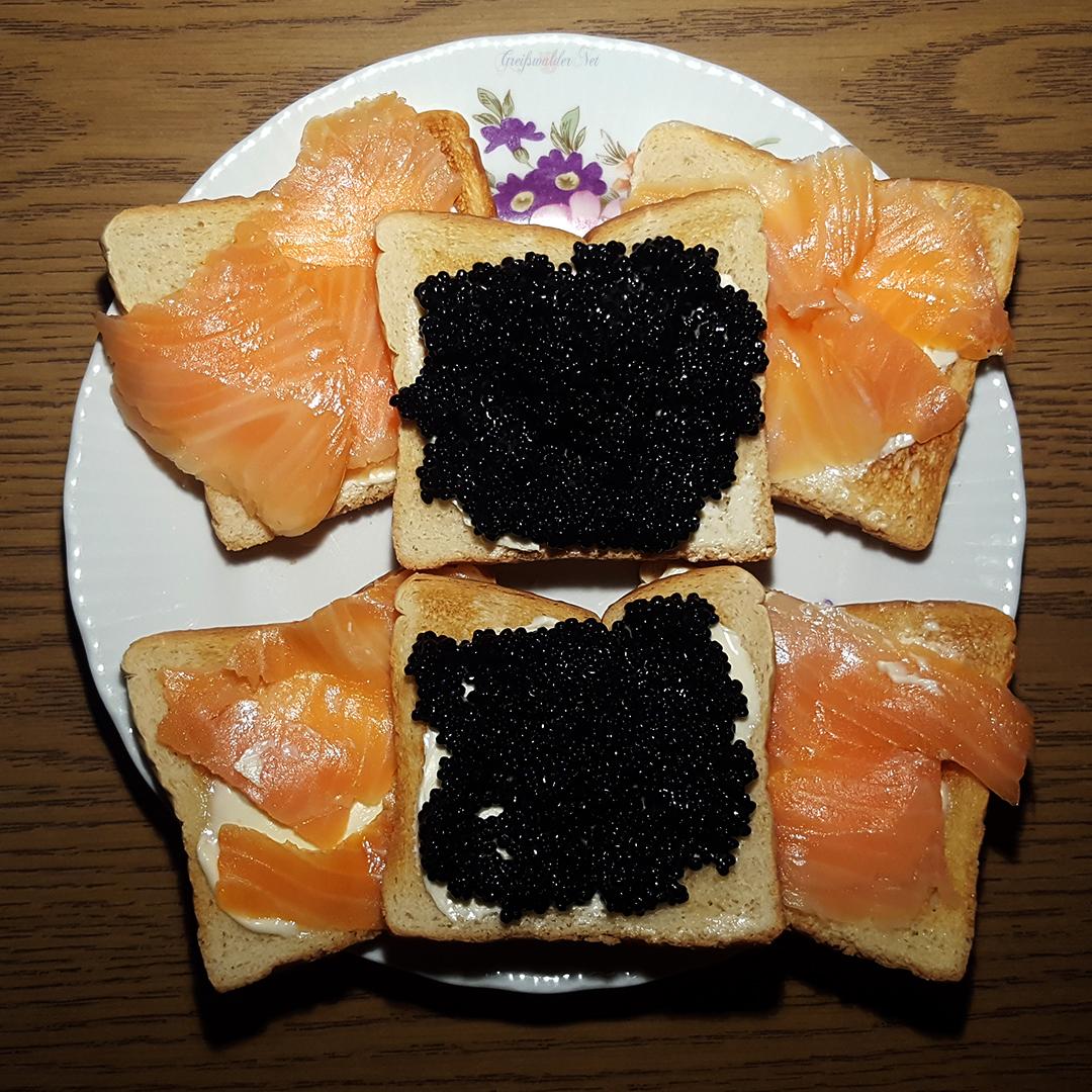 Toast mit Lachsforelle geräuchert und Kaviar schwarz