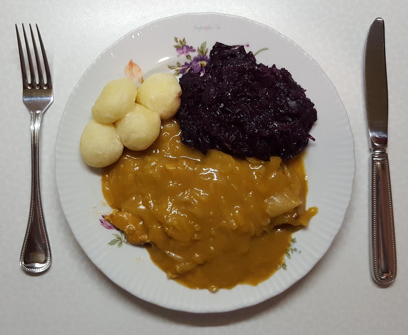 Schweinerückensteak in Zwiebelsauce mit Rotkohl und kleine Knödel