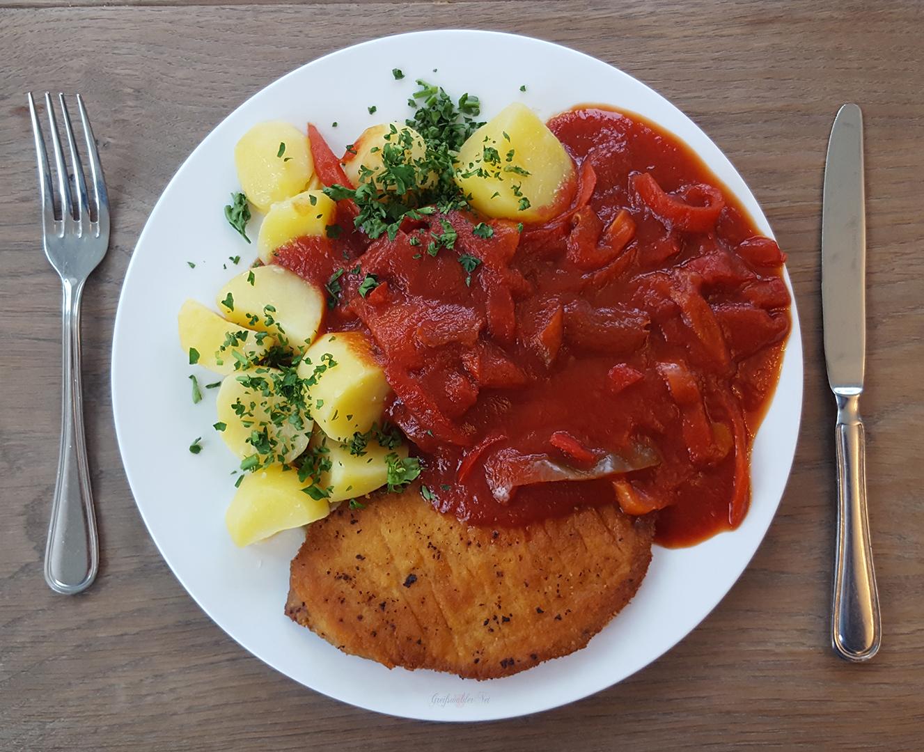 Schnitzel mit Letschogemüse und Salzkartoffeln