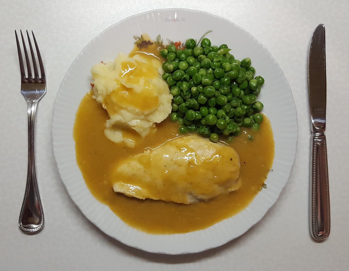 Hähnchenbrust in feiner Sauce mit Erbsen und Kartoffelpüree