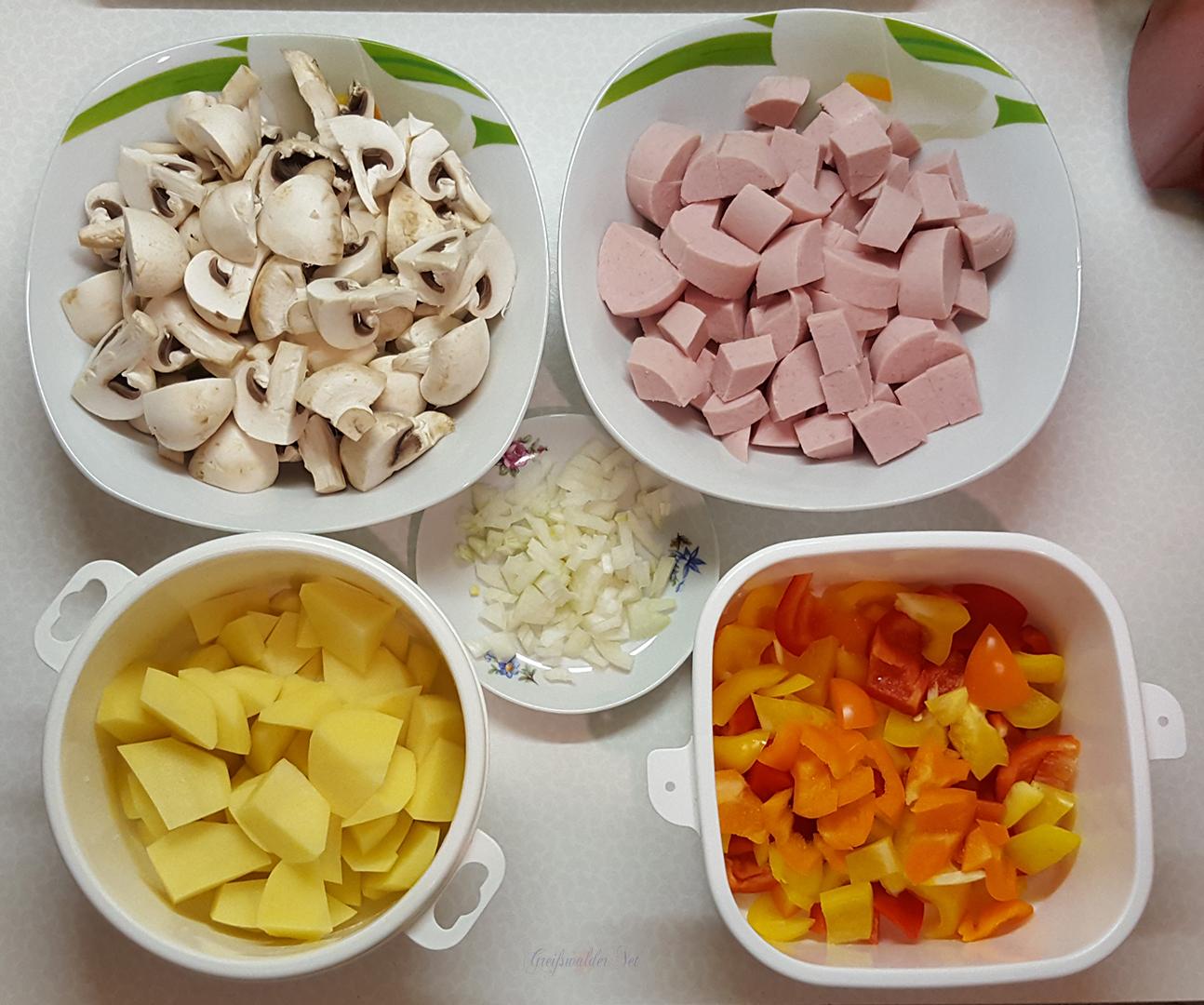 Vorbereitung für das Mittagessen - Wurstgulasch